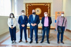 Autoridades de la ULPGC y de la AARPCC tras la firma del Convenio